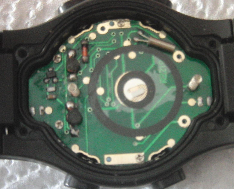 Часы со снятыми крышкой и элементом питания