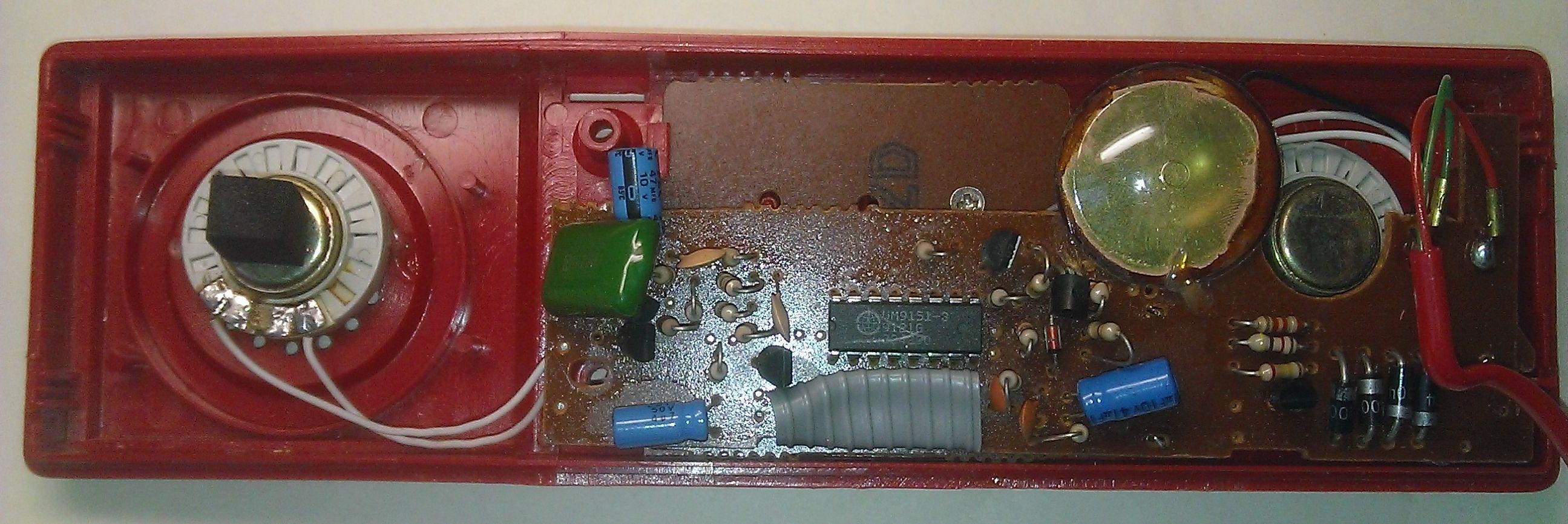 Телефон-трубка со снятой крышкой
