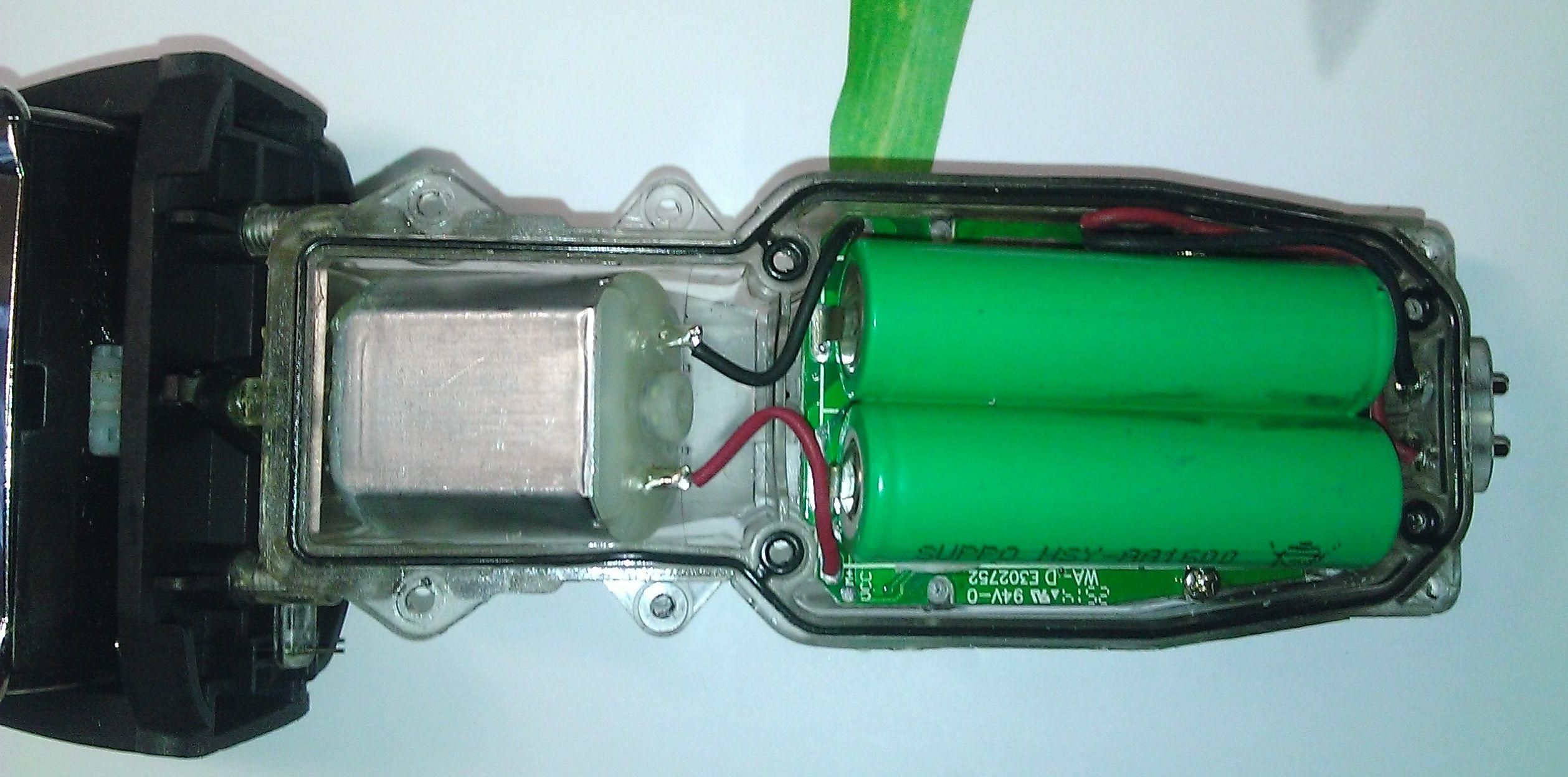 Аккумуляторная электробритва Remington со снятой крышкой