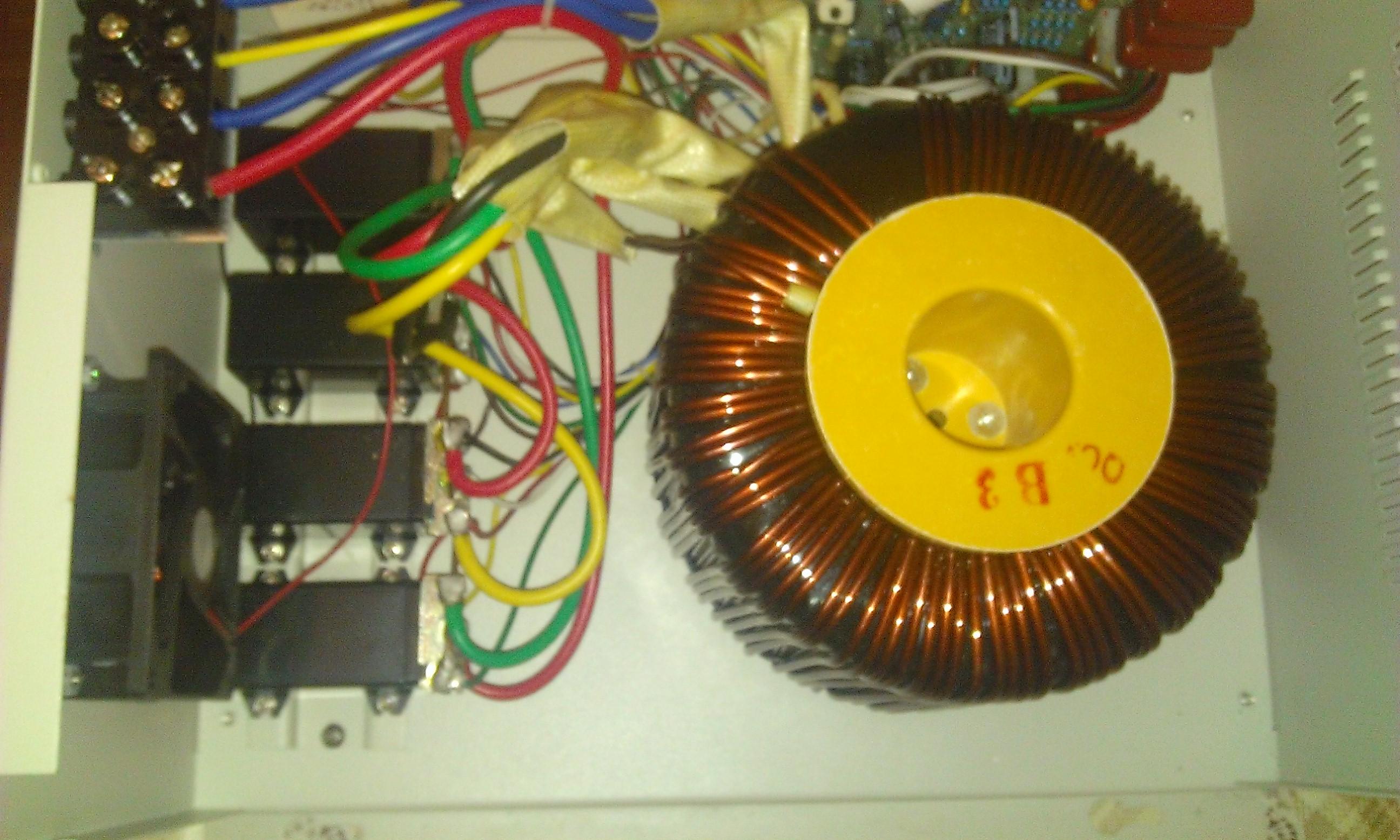 Стабилизатор напряжения АСН со снятой крышкой. Слева видны 4 реле и вентилятор