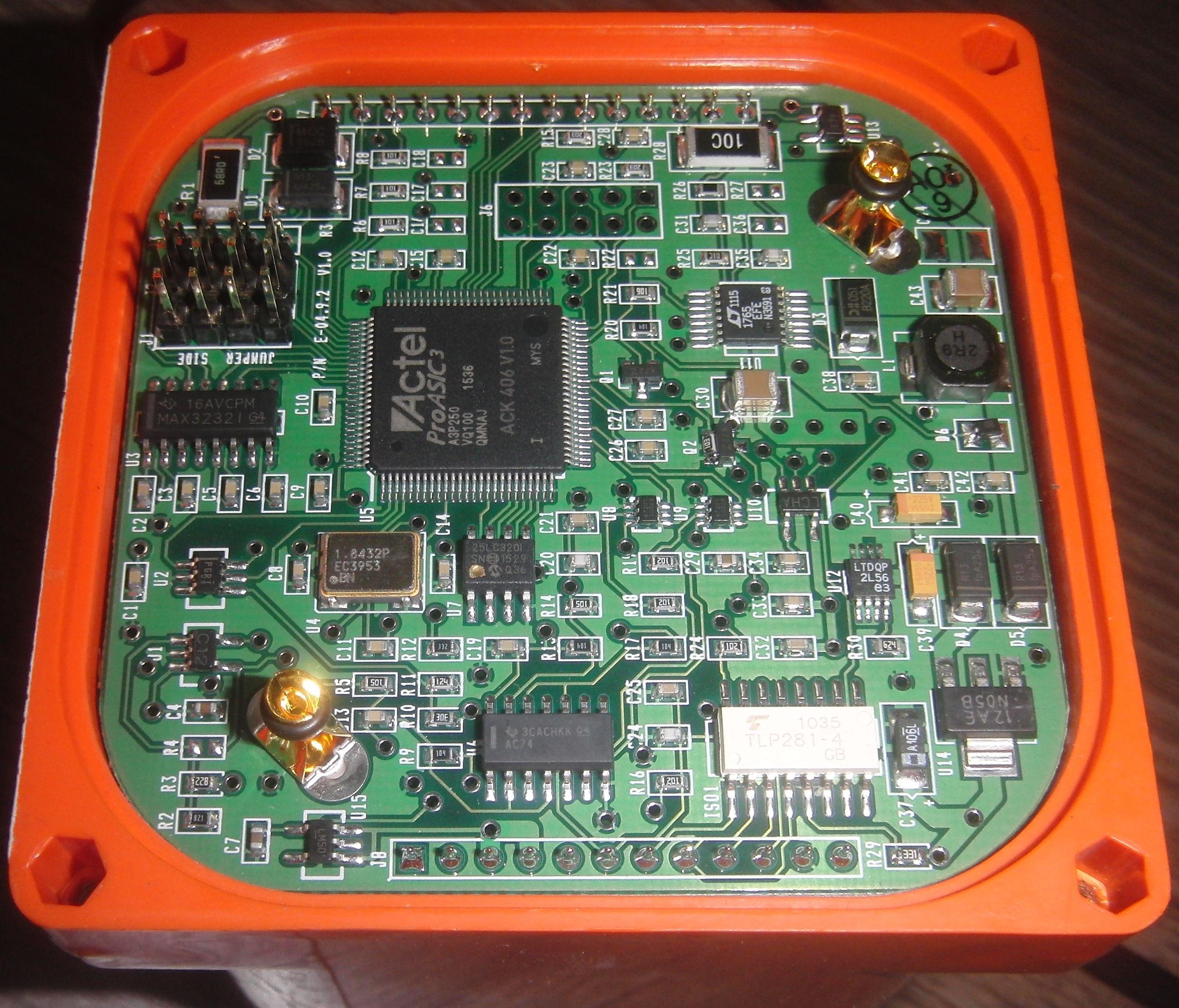 Радиомаяк ACK E-04 со снятой крышкой